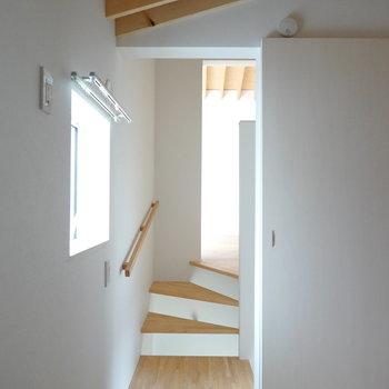 洋室から階段を通してリビングが見えます。