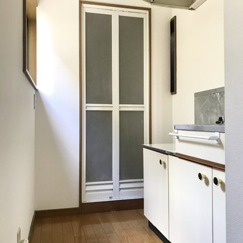 キッチン横に洗濯機を置くみたいだけど・・・相当コンパクト。(※写真は1階の同間取り別部屋、清掃前のものです)