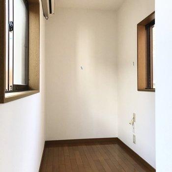 洋室はとってもコンパクト。だけどテレビも置けるし窓も両脇にあるんです。(※写真は1階の同間取り別部屋、清掃前のものです)