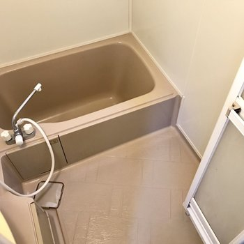 奥はお風呂。ひねる蛇口だけどボタンで温度調節できるから問題なし!(※写真は1階の同間取り別部屋、清掃前のものです)