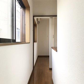 洋室はアコーディオンカーテンが。階段横にはこの小さな空間が。(※写真は1階の同間取り別部屋、清掃前のものです)