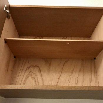 上の棚には緊急用の備品などを。