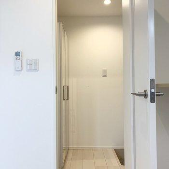 さて、お部屋の最後は玄関へ。ドアが付いているのも嬉しいポイント。