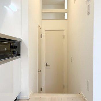 水廻りキッチン奥の1段下がったところに。左がユーティリティ、正面がおトイレ。