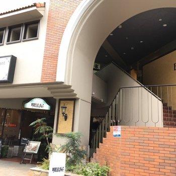 1階には喫茶店が入っています。