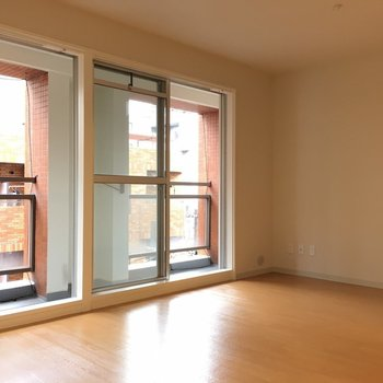 大きな窓2つがお部屋に光を届けます。