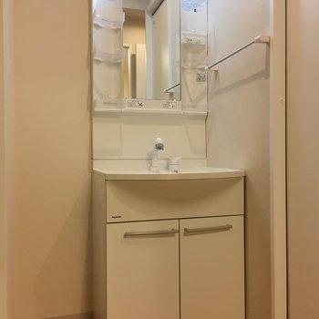 独立洗面台の横に棚を置いて、タオルを置いておきたいですね。