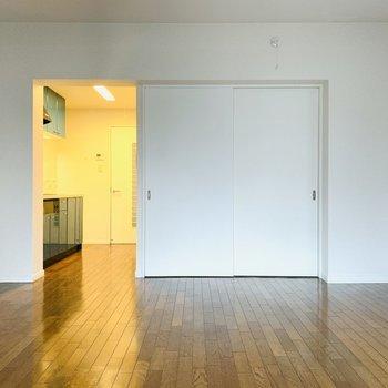 右の扉は洋室へ繋がります