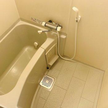 バスルームにも窓があり清潔感◎