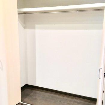 キッチン横の収納は大きめのもを収納して、(※写真は5階の同間取り別部屋のものです)