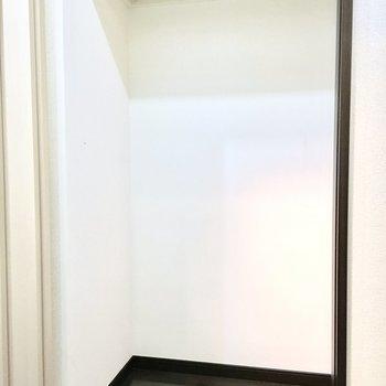 ここは洗面台の横の収納。(※写真は5階の同間取り別部屋のものです)