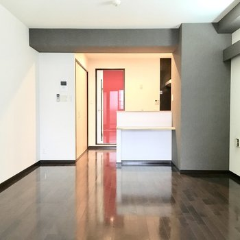 赤いドアが目立ちますね〜(※写真は5階の同間取り別部屋のものです)