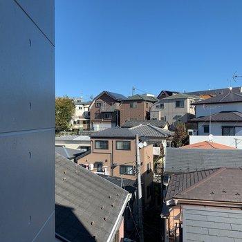 窓からは周辺の住宅街が見渡せます