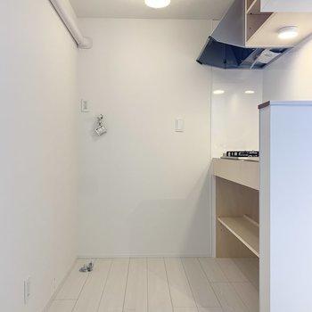 洗濯機置き場はキッチン後ろにありますよ