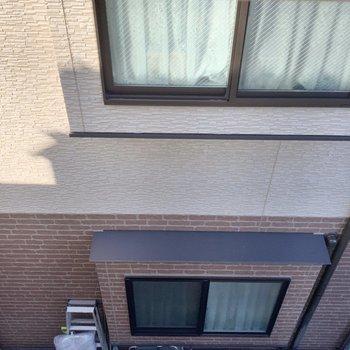 窓からはお隣さんを見下ろす感じ