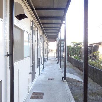 見た目は古いですが、塗装が塗替えされていて小奇麗なアパートですよ
