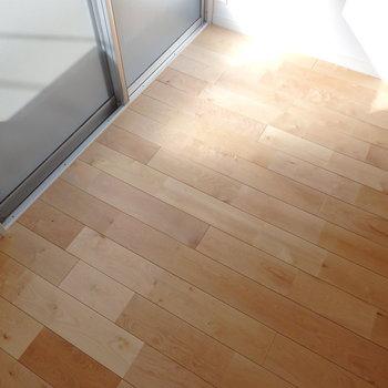 この床が良いんだよなぁ。バーチ(白樺)の天然木です