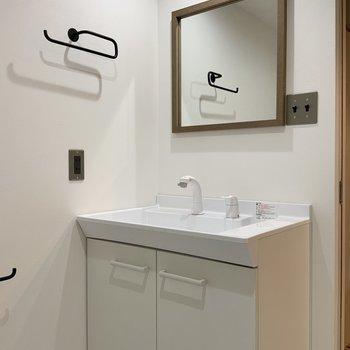 洗面台はシンプルです。※写真は1階モデルルームのものです
