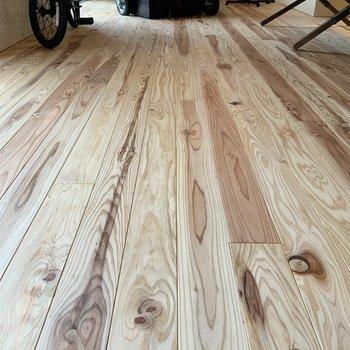 無垢床は足裏が気持ちいいんです。※写真は1階モデルルームのものです