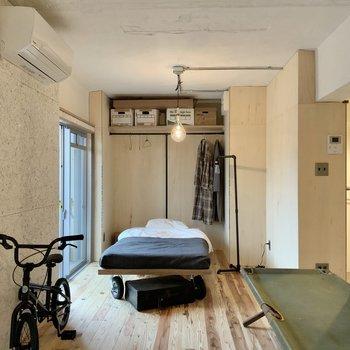 窓際にベッドを置いて。奥はオープンな収納棚です。※写真は1階モデルルームのものです