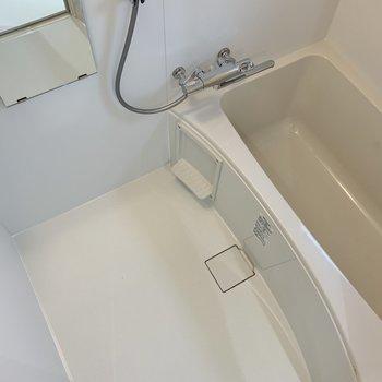 お風呂はスッキリキレイな白。※写真は1階モデルルームのものです