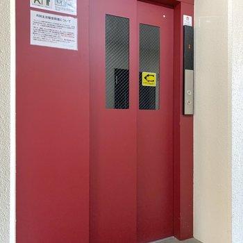 エレベーターで6階までお越しくださいね。