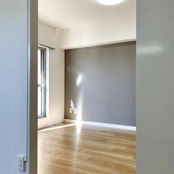 扉をスライドして洋室へ。