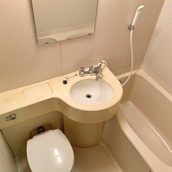 浴室は縦に並んだ3点ユニットです。※写真はクリーニング前のものです
