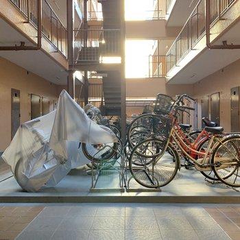 1階の共用部に自転車が置けます。