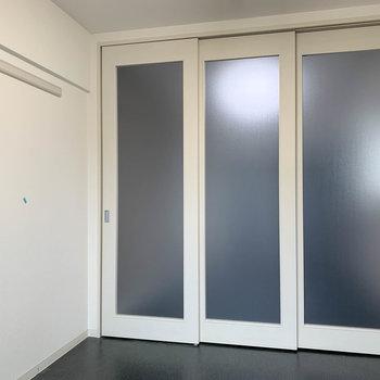 窓側から。引き戸を閉めるとこのように。