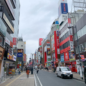 駅周辺はたくさんのお店があります。