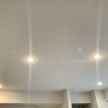 キッチンと玄関はダウンライトでふんわり明るく。