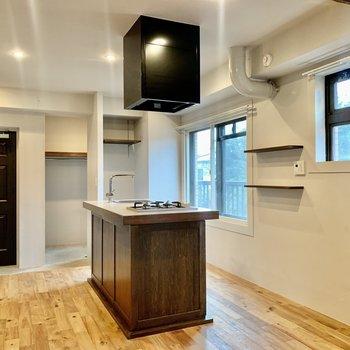キッチンにも窓が二つ。換気もできますね。