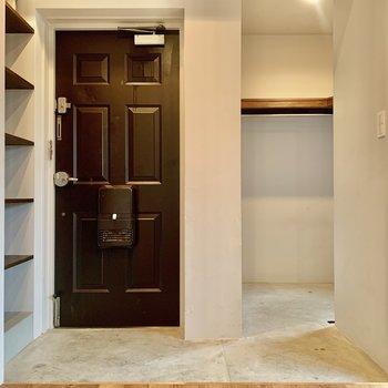 玄関はゆったり。ドアが板チョコみたい!