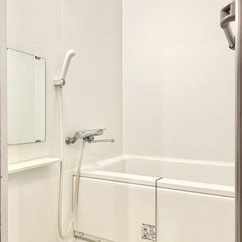 浴室は真っ白で清潔感がありますね。※写真はクリーニング前のものです