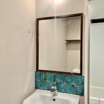 鏡の木の縁取り、豆電球ライト、水色のタイル……う〜んかわいい!
