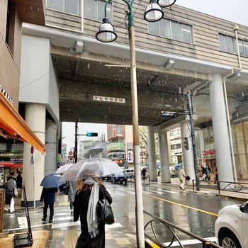 高架下にはスーパーもありました。