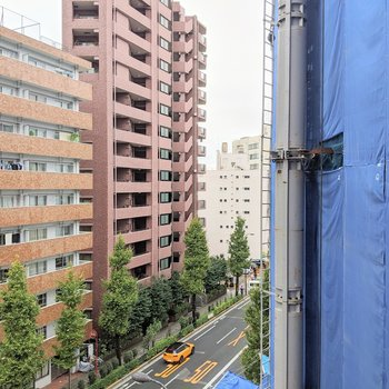 右に工事中の建物!こちらの窓も二重構造になっております