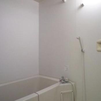 お風呂はシンプルに。※写真は1階の同間取り別部屋のものです