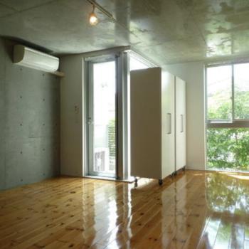 床の艶感と緑の感じがいいっ!※写真は1階の同間取り別部屋のものです