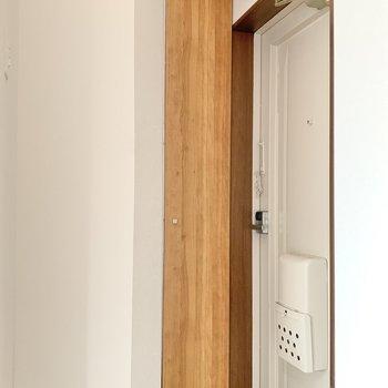 そのお隣が玄関。コンパクトめ!木目調の靴箱がキュートですね。