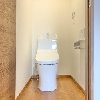 サニタリールームのお隣にトイレ!もちろん、ウォシュレット付き。