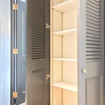 玄関近くの洋室の隣には可動棚。書類などを綺麗に保管できますね。