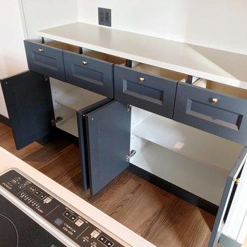 裏には食器棚も備え付け。コンセントもあるので家電を充実させましょう。
