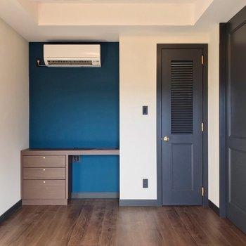 【洋5.7帖】深いブルーが素敵。引き戸を閉めれば集中スペースに。