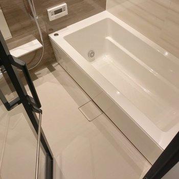 お風呂の扉は透明で開放感。追焚機能や浴室乾燥など、設備も充実。