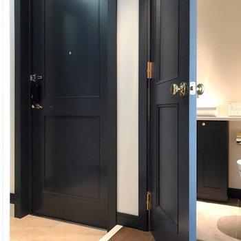トイレは玄関の隣。