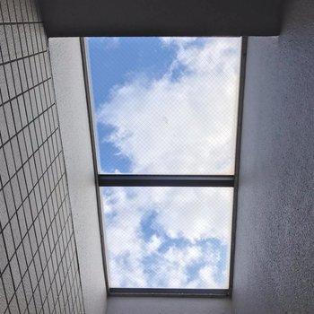 ガラス越しに青空が見えました。