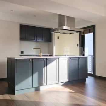 アイランドキッチンも扉と同じ色。水栓はゴールドで高級感。