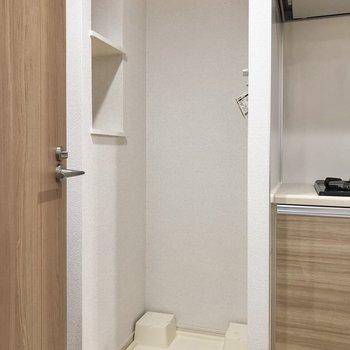洗濯機置き場の横には収納スペースも。